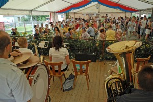 kn_Kirmes Weichersbach volles Zelt beim Spruch_d